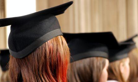 Dívky, které čekají na svůj akademický titul.