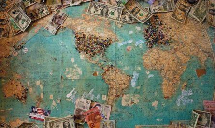Bankovky po celém světě jako symbol světové filantropie.