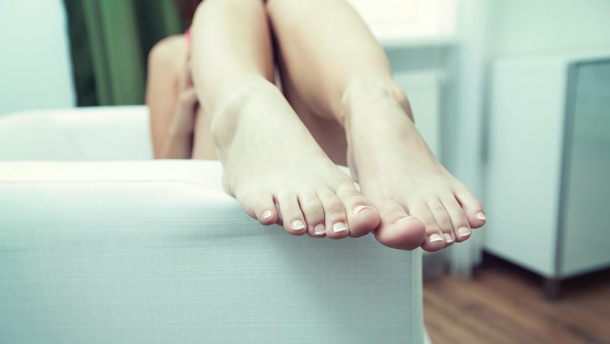 Dívka ukazuje nohy, kde měla ještě před nedávnem křečové žíly.