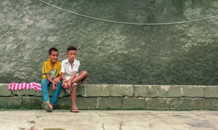 Dva mladí chlapci, jimž v životě pomohla nadace.
