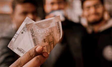 Nejznámější filantropové mačkající bankovku v ruce.